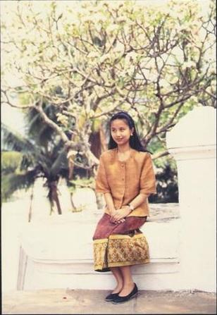 นางขันทะลี พันทะวง นางสงกรานต์เมืองหลวงพระบางปี 1994 พุทธศักราช 2537 หน้าวัดเซียงทอง เมืองหลวงพระบาง เมืองมรดกโลก
