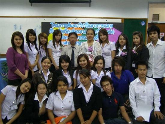 นางขันธรี ไวทยกุล และเพื่อนนักเรียน