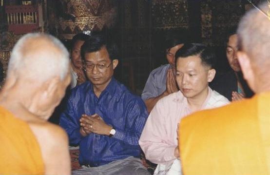 ดร.วีระพงษ์ รามางกูร เป็นเจ้าภาพในพิธีภายในพระอุโบสถวัดเซียงทอง