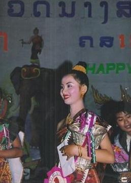 นางขันทะลี พันทะวง นางสังขารเมืองหลวงพระบางปี 1994 พุทธศักราช 2537 คืนวัดประกวดนางสังขารกับขันรางวัล