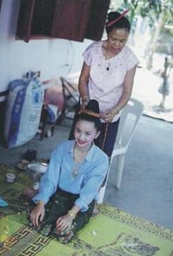 นางขันทะลี พันทะวง แต่งตัวเพื่อเตรียมเข้าขบวนแห่นางสังขารเมืองหลวงพระบางปี 1994 พุทธศักราช 2537