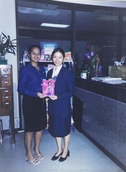 นางขันธรี ไวทยกุล รับรางวัลจากคุณครู
